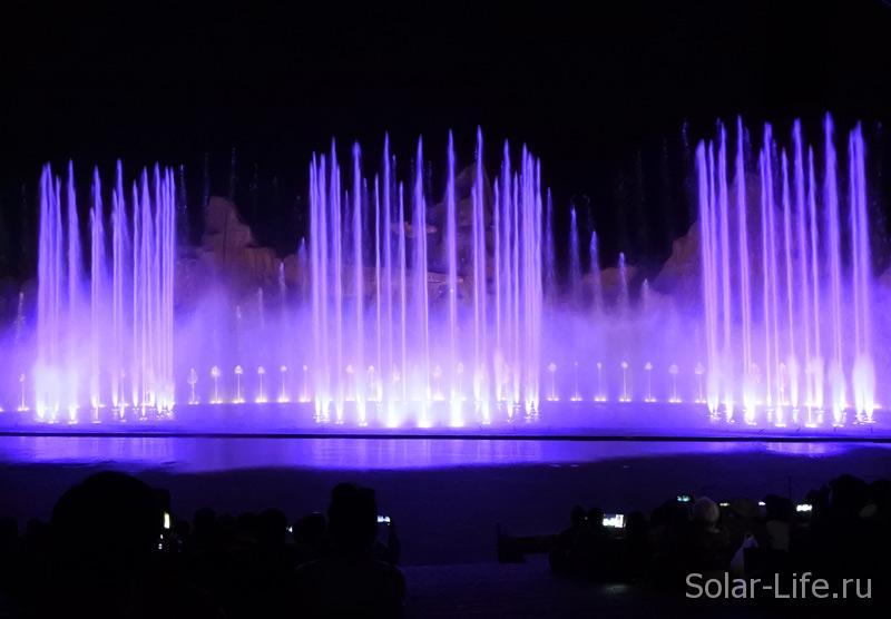 Шоу поющих фонтанов впечатлило. Свет, музыка и взмывающие на огромную высоту струи фонтана очень красиво.